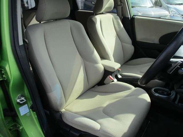 ホールド性の良いフロントシート。