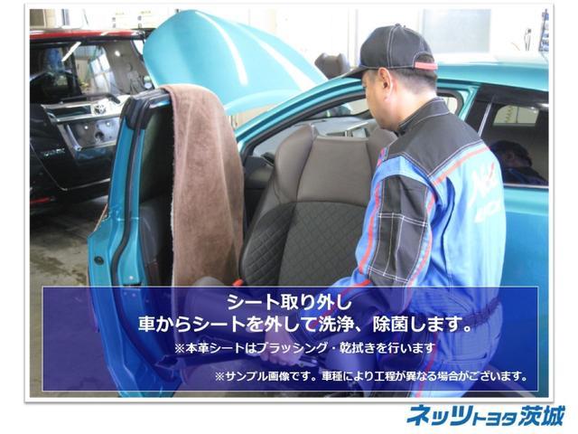 【シート取り外し】車からシートを取り外し、洗浄、殺菌します。※本革シートはブラッシング・乾拭きを行います