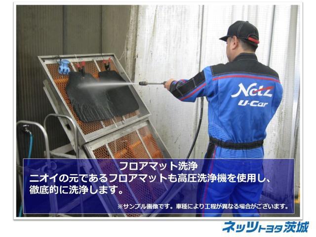 【フロアマット洗浄】ニオイの元であるフロアマットも高圧洗浄機を使用し、徹底的に洗浄します。