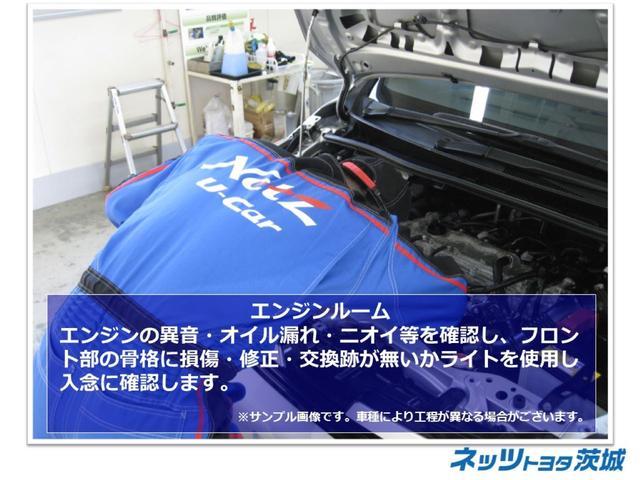 【エンジンルーム】エンジンの異音・オイル漏れ・ニオイ等を確認し、フロント部の骨格に損傷・修正・交換跡が無いかライトを使用し入念に確認します。