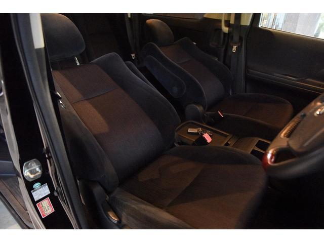 アームレスト付きのゆったり運転席シートは、ご覧の通りとてもキレイ!へたりや破れ、穴などもありません。