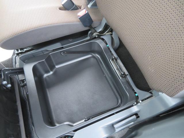 助手席シートの下に取り外し可能な収納BOXが装備されています。