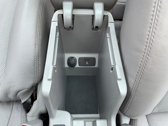運転席・助手席の間にはスライド式アームレストコンソール付き☆コンソールは深さが有り小物の収納タップリ◎