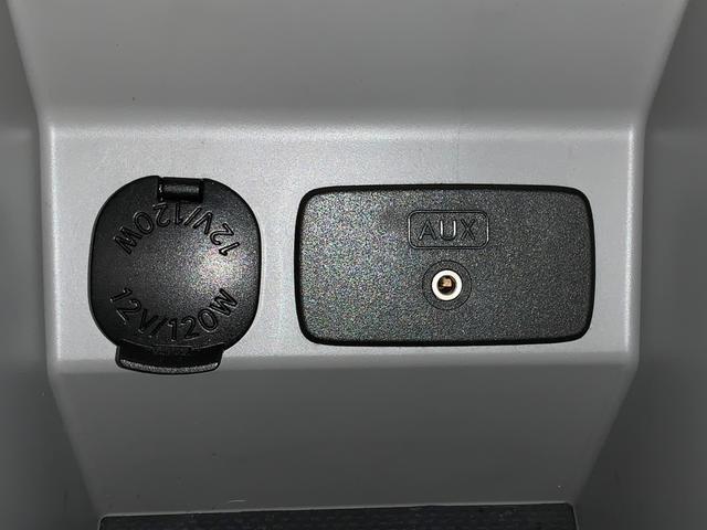 アームレストコンソール内にシガーソケット&AUX付☆AUXは対応ナビゲーションの取付けでお使いいただけます☆