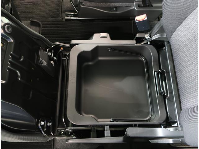 助手席シート下にも収納スペースがあります!