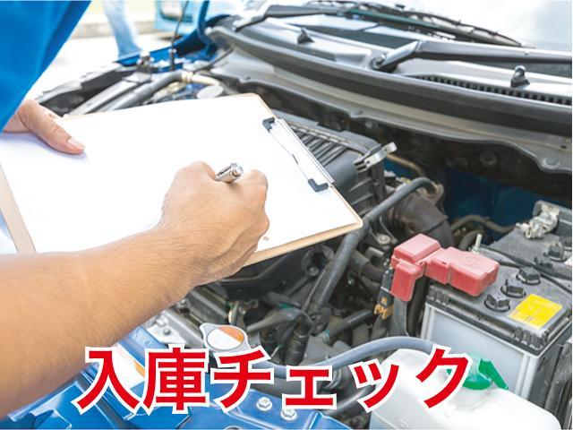 入庫後は車の下回りから確認します。通常では見えない瑕疵や足回りの状態、マフラーなどの排気系を入念に検査します。このような検査を、複数の査 定士・整備士により、全車ダブルチェックを行っています。