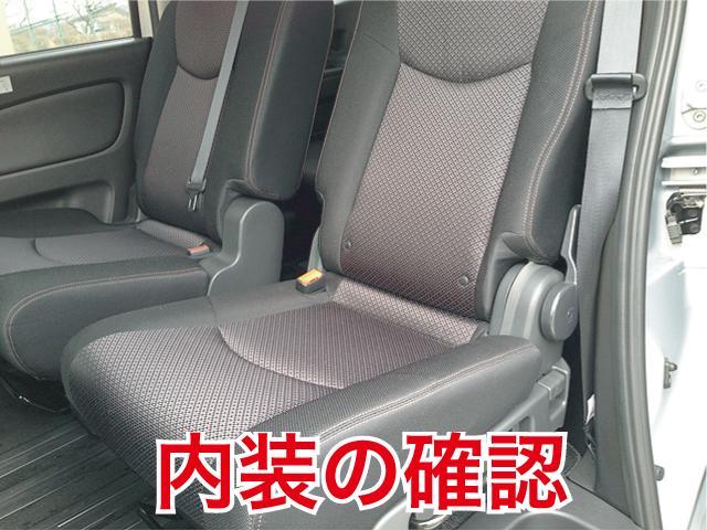 運転席のシートやハンドル、ペダル等の状態等、細かく確認します。また、普段見にくい椅子の下、エアコンやパワーウィンドウ、ナビTVなどの動作検査を行い、故障等の異常を発見した場合修理致します。