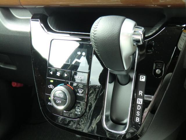 本革のシフトノブ横には温度を設定するだけで車内を快適に保つオートエアコン付きです。