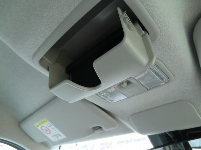 前席の天井にはメガネケースが付いており,サングラス等の収納に便利です。