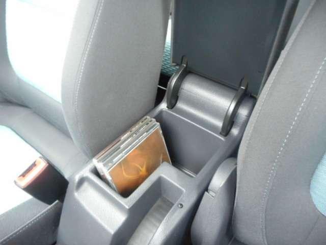 ひじ掛けの下には、CDなどを収納できるスペースもあります。