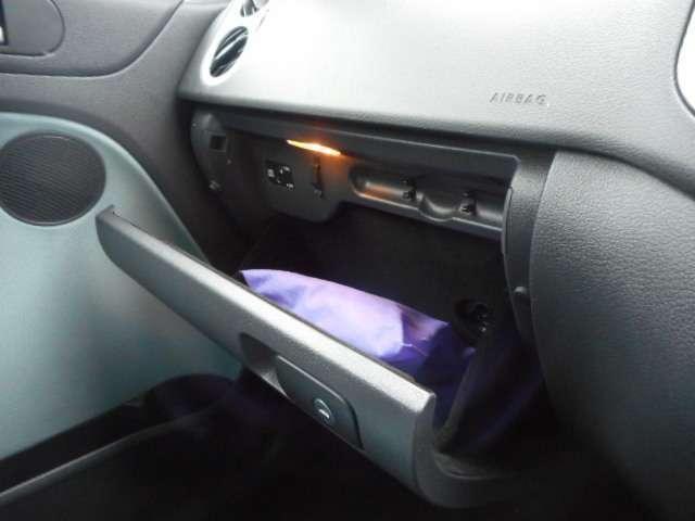 助手席の前のグローブボックスには照明もつきます。