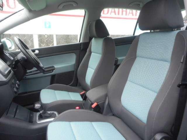 スポーティーなバケットタイプの前席。2トーンに色分けされたデザインがアクティブな雰囲気です。