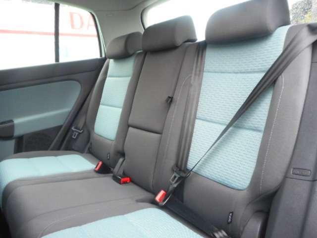 3名掛けの後席は、しっかりとした作りで、長時間のドライブも十分にこなせます。
