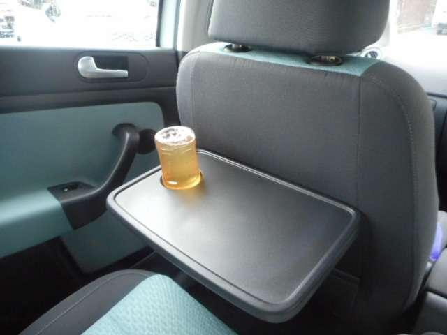 助手席の背もたれの後ろに備わるテーブル。快適装備も充実していますね。