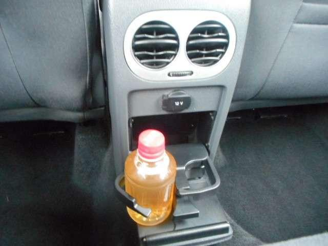後席専用のエアコンの吹き出し口には、12V電源の取り出し口や、ドリンクホルダーも備わります。