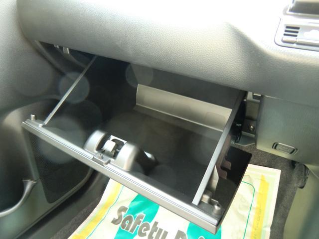 車検証入れにも十分な容量を備えるグローブボックスです。