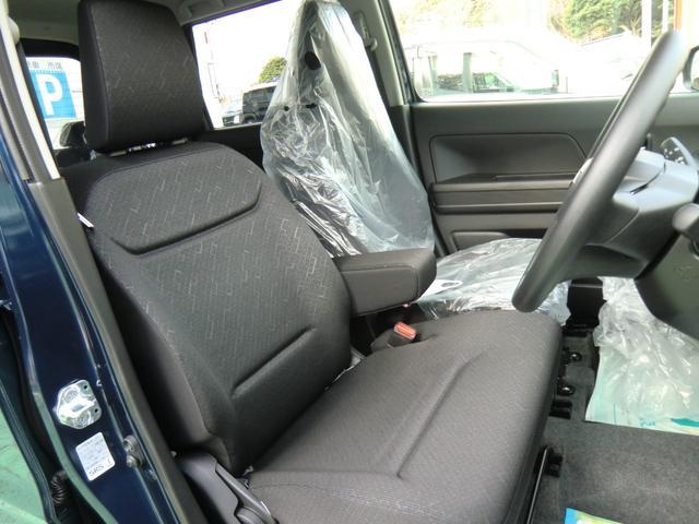 専用ファブリックシート表皮のシートはベンチシートでゆったり座れます!