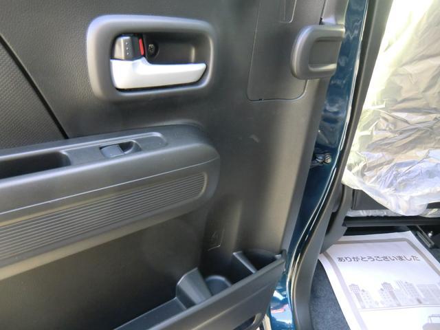 軽初!後席のドアの内側には、アンブレラボックスがあり、濡れた傘を載せてもシートや服が濡れません!