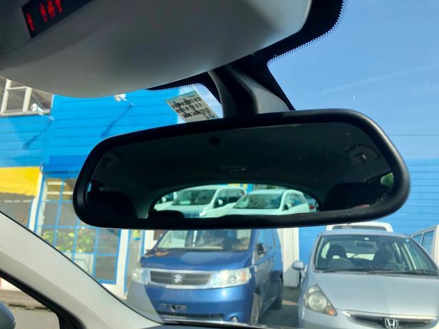 後続車のヘッドライトが眩しくないよう自動的にミラーを暗くしてくれる、自動防眩ミラー!!