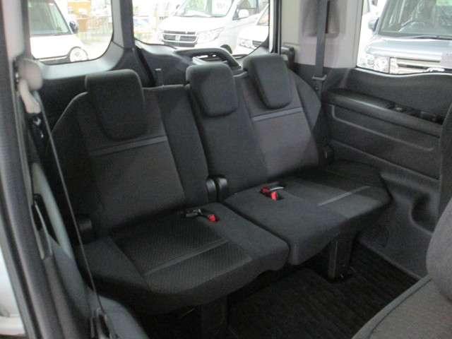 サードシートは3人掛けの折りたたみ収納可能なシートです。
