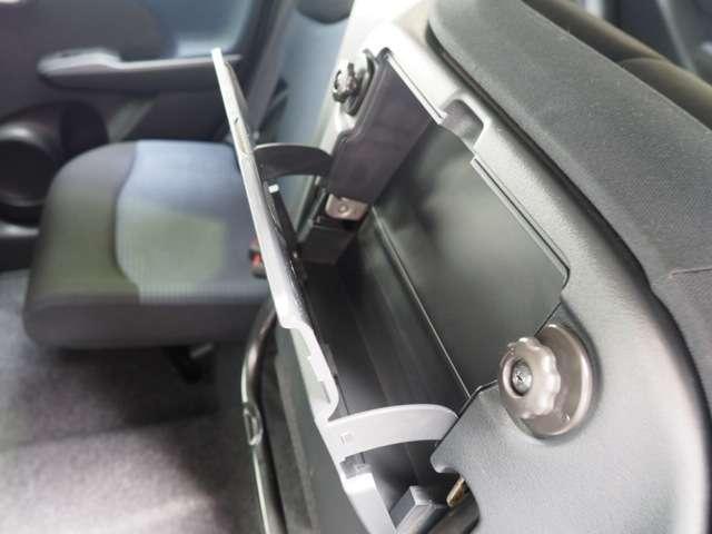 リアシートの裏側にある収納スペースです車検証の保管にちょうど良いサイズです