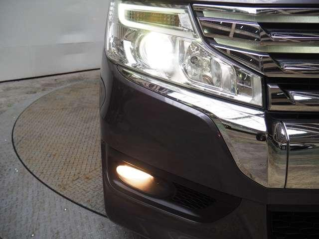 夜のドライブにたのもしいディスチャージヘッドライト&フォグライト暗くなると自動点燈オートライトコントロール機構付です