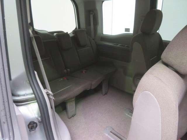 サードシートへはセカンドシートを前方へスライドさせてエントリーです。