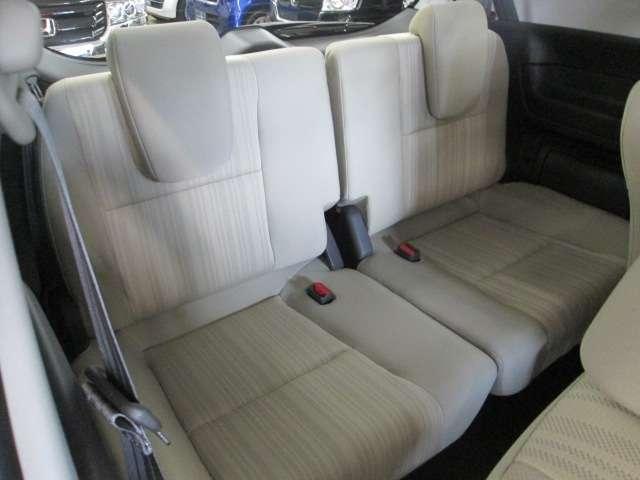 3列目シートは大人がしっかり座れるシートフレームです。