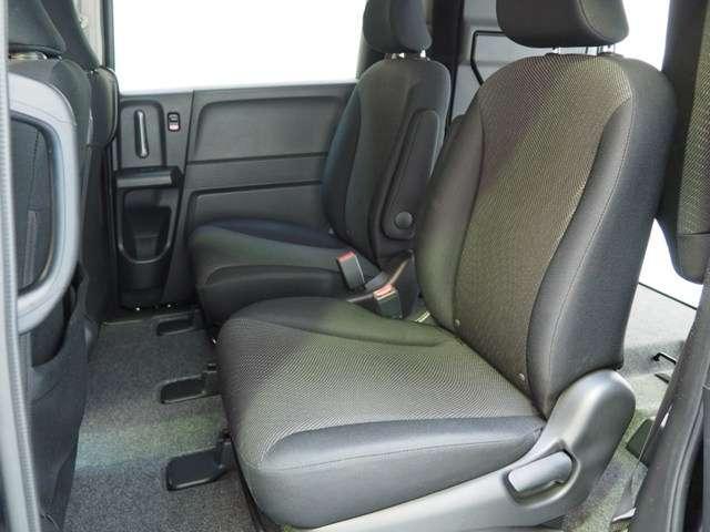 ゆったり座れて室内の移動も自在の2列目セパレートシート装着です
