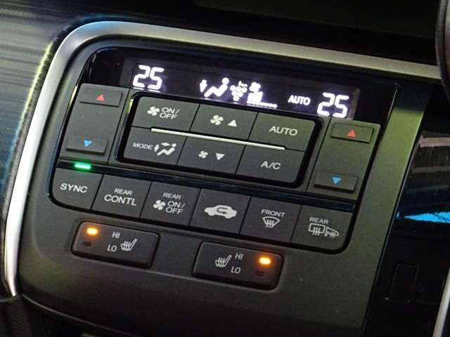 運転席と助手席で設定温度がそれぞれ変えられるデュアルゾーンエアコン&フロントシートヒーター搭載です