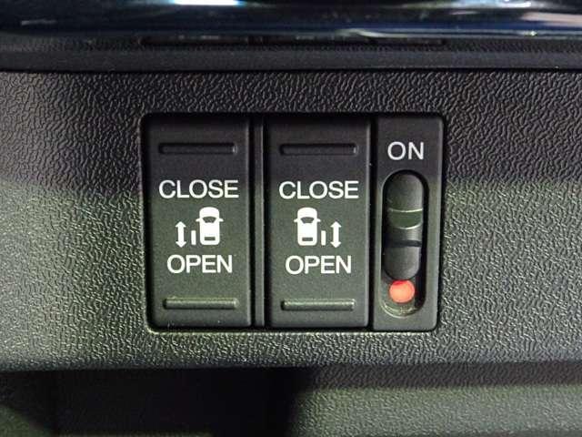荷物で手がふさがっている時スイッチ操作で開閉ができる 両側パワースライドドアです