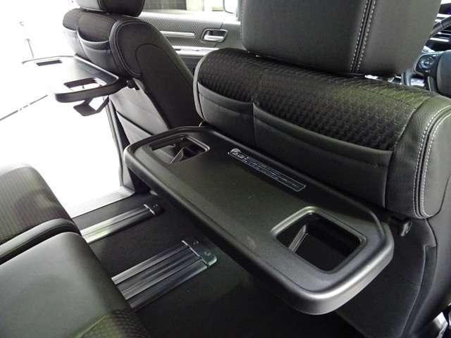車内での軽いお食事に便利なコンビニフック付きシートバックテーブルです