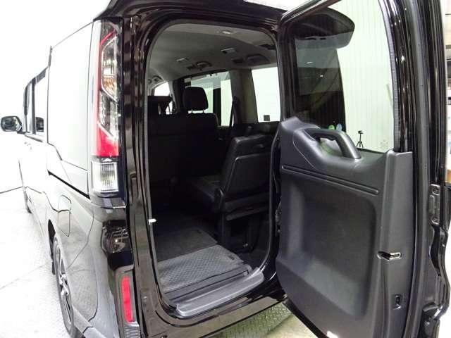 ステップワゴンのワクワクゲートは後方からの乗り降りや狭いスペースでの荷物の出し入れができます