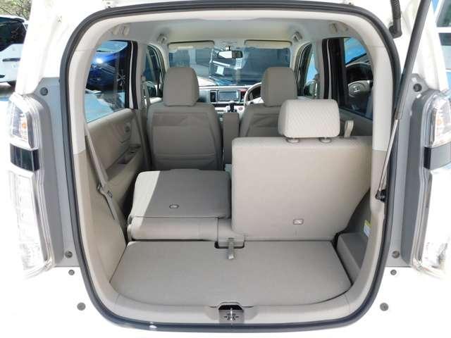 後席は片側ずつシートアレンジが出きて大きな荷物を搭載する際も対応できますよ。