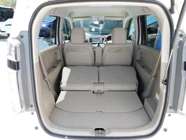 後席を両側倒せば長尺物も搭載可能です。