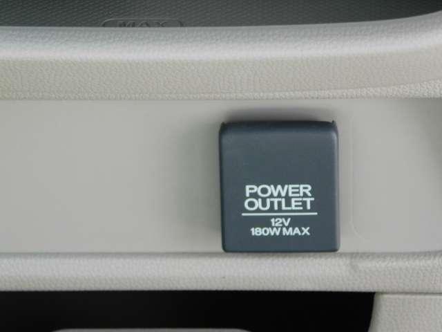 12V電源は運転席と助手席間にございます。