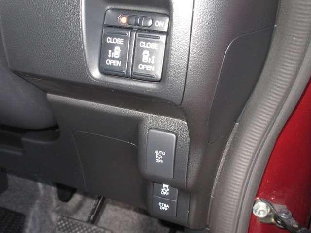安全装備の横滑り防止装置や衝突軽減ブレーキが付いてるので、お出かけも安心です。ドアロック施錠,解錠に連動して、ドアミラーの格納,展開ができる便利なオートリトラミラーも装備しております。