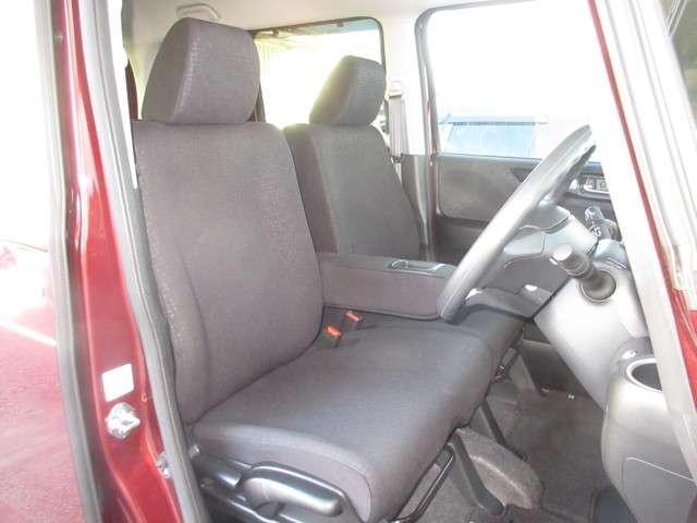 大柄な人でも不満の無いようの設計したフロントベンチシート。運転席は高さ調整もついており小柄な方でも視界良好です。ポケット付きアームレストで小物収納にとても便利です。