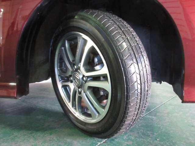 タイヤは2016年製ヨコハマのブルーアース155/65R14を装着しております。溝の残りは6分山になります。ホンダ純正アルミホイールでとてもスタイリッシュです。