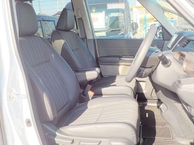 広くてゆとりのあるアームレスト付フロントシート☆両席エアバック装備です。