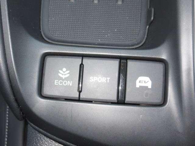 コーチング機能、ティーチング機能、ECONモードの3つの機能でドライバーの省燃費運転をサポートします。さらにECONスイッチがお客様をアシストいたします。