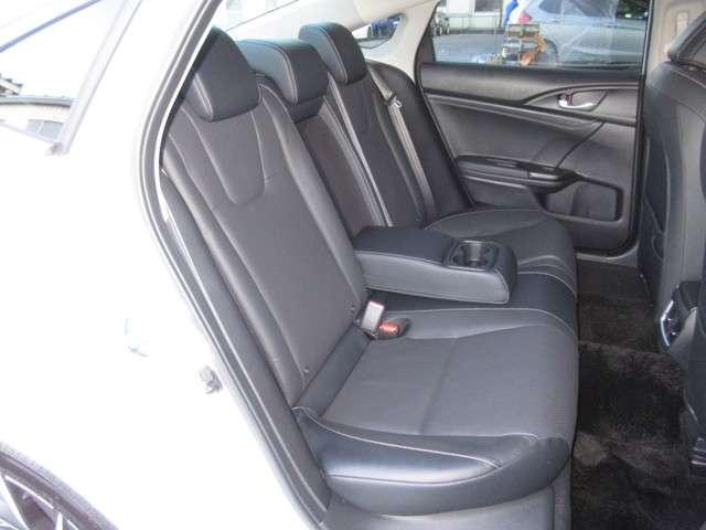 リアシートは、シートの座面を長くし、ゆとりある着座姿勢を保てるようにシートバックの角度を最適化したシートを設定。ゆったりくつろぐことが出来ます。