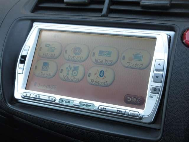 ナビゲーションはギャザズSSDナビ(VXS-102VSi)を装着しております。AM、FM、CD、DVD再生、Bluetooth、音楽録音再生、ワンセグTVがご使用いただけます。初めて訪れた場所でも道に