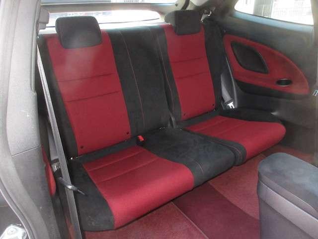 リアシートは、シートの座面を考慮し、ゆとりある着座姿勢を保てるようにシートバックの角度を適度に設定したシートにしています。長距離にも十分適してます。