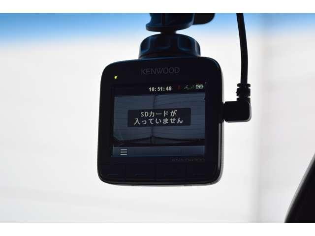 ドライブレコーダーは車の前方を常時記録し、衝撃を検知すると検知前後の映像を保護し、もしもの時に役に立ちます。今では必需品になってきました。