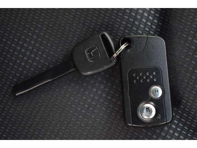 スマートキーをカバンなどに携帯するだけで、ドアやテールゲートを施錠・解錠できます。