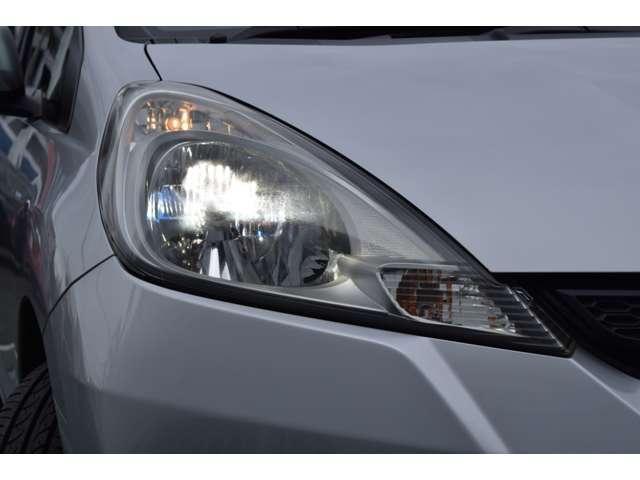 今は定番のディスチャージライトは高効率・低消費電力タイプのライトで、より広い配光と長い照射距離が得られて夜間運転の強い味方!