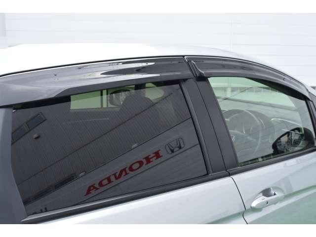 雨の日など車内の換気に便利なドアバイザー。
