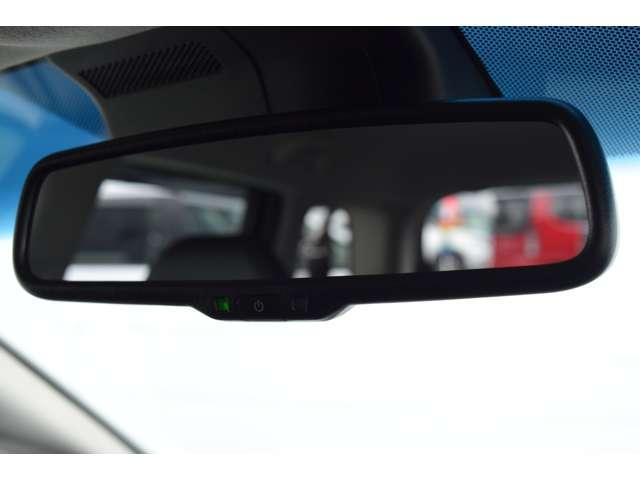 ヘッドライトの光を感知して自動的に反射率を落とす自動防眩ミラー。後続車のヘッドライトの明るさを軽減してくれます。