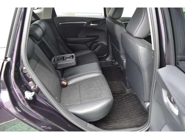 後部座席も足元も広々、座面を上げれば高さのある物も倒さず積めます。